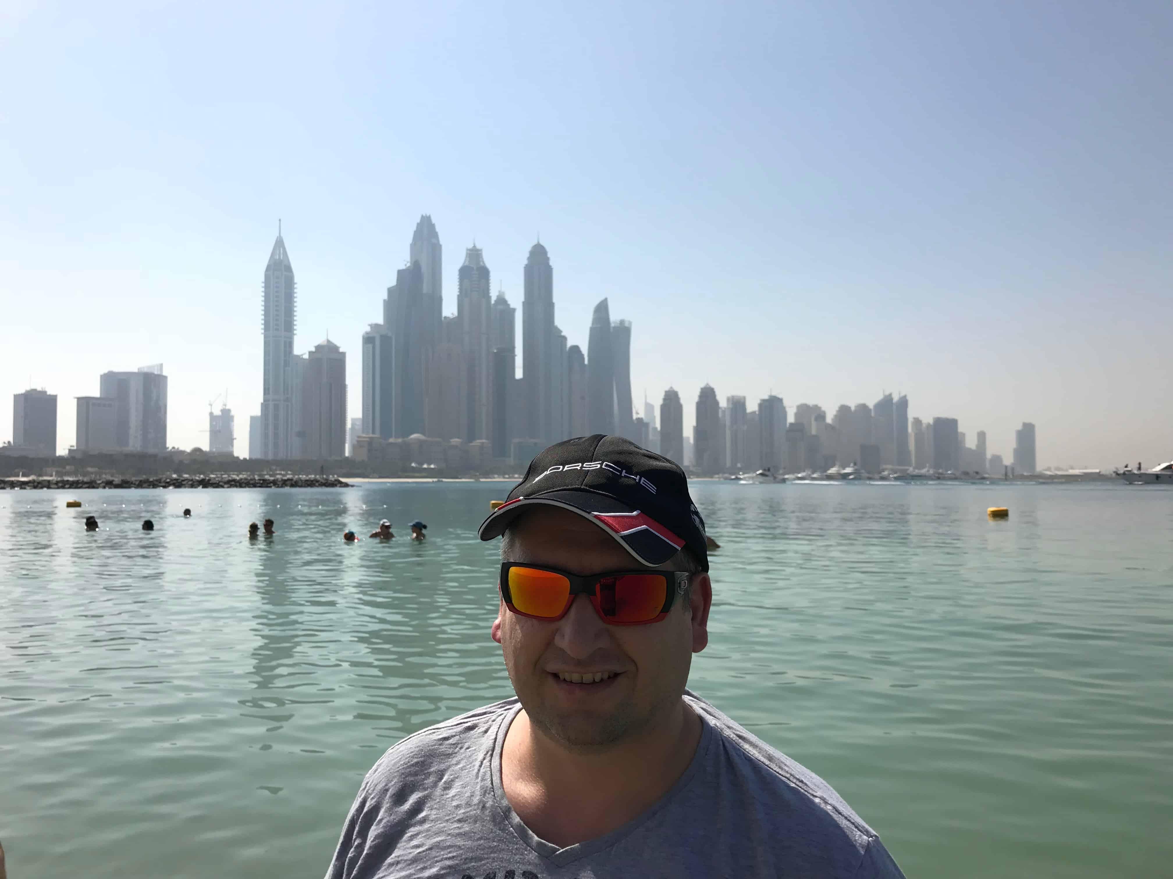 Andreas Zenker vor der Skyline von Dubai Jumeirah Beach